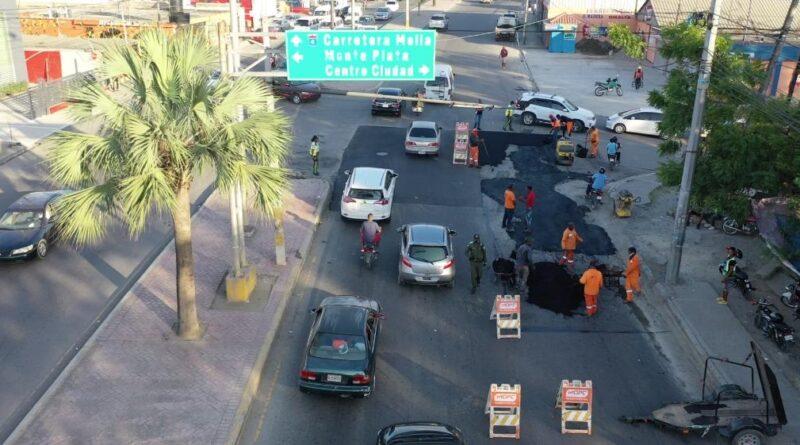Obras Públicas y Alcaldía de SDN realizan bacheos en principales avenidas