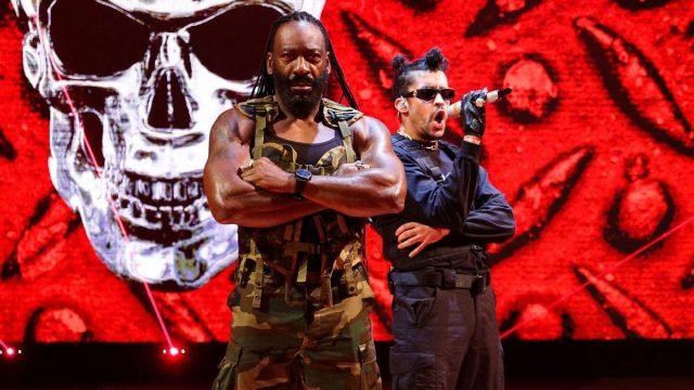 Bad Bunny hace realidad su sueño con su presentación en WWE cantando junto al Salón de la Fama Booker T