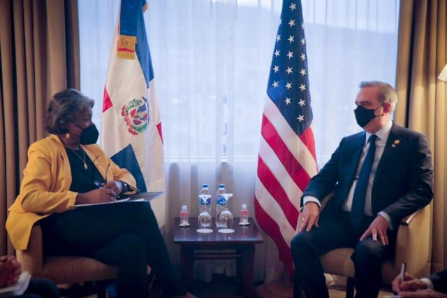 Presidente Abinader se reúne con delegación de Estados Unidos durante visita a Ecuador