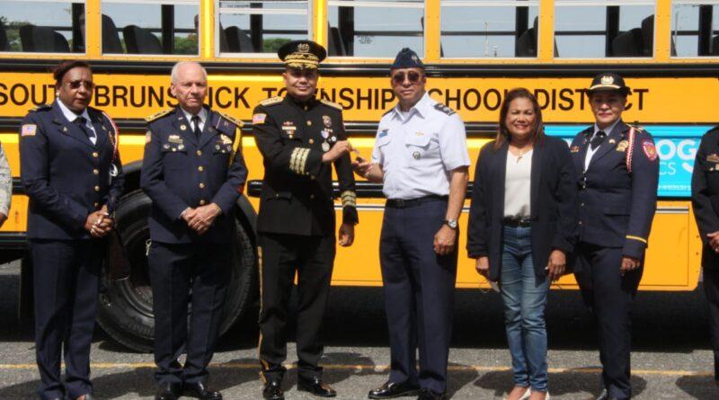 Academia Mundial de Bomberos de los Estados Unidos entrega tercer autobús con capacidad para 58 personas a FARD