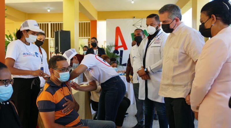 Neney Cabrera encabeza inicio proceso de vacunación a estudiantes y docentes en Espaillat